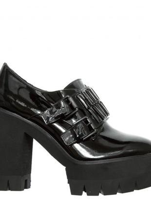 Лакированные туфли на высоком устойчивом каблуке miraton