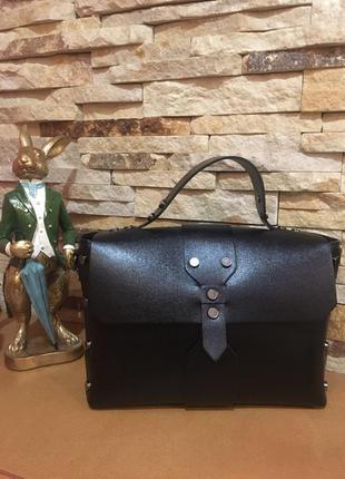 Модная, красивая кожаная сумка с заклепками. черная.