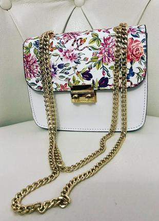 Яркая и стильная сумочка.