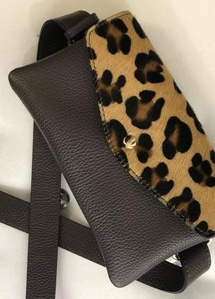 Поясная сумочка с самым популярным животным принтом.