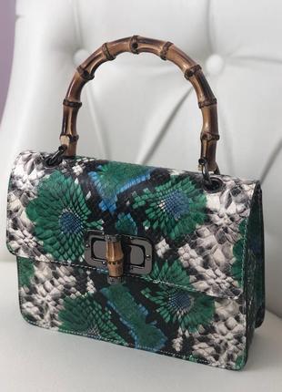 Оригинальная сумочка с натуральной кожи и ручкой с бамбука.