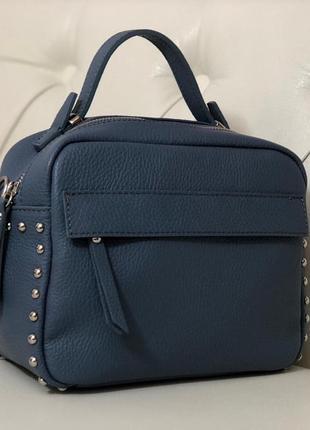 Лёгкая, вместительная и красивая сумочка.