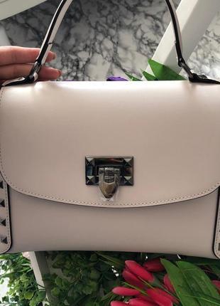 Красивая сумочка среднего размера