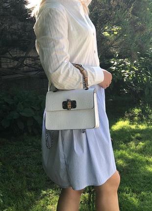 Оригинальная и стильная сумочка с ручкой из бамбука