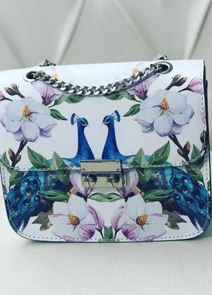 Яркая и красивая кожаная сумочка