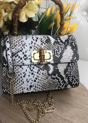 Оригинальная и стильная сумочка с ручкой из бамбука.