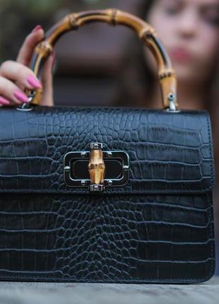 Красивая чёрная сумочка с бамбуковой ручкой