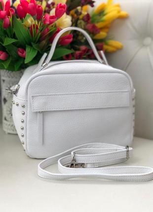 Белая кожаная сумочка-кроссбоди.