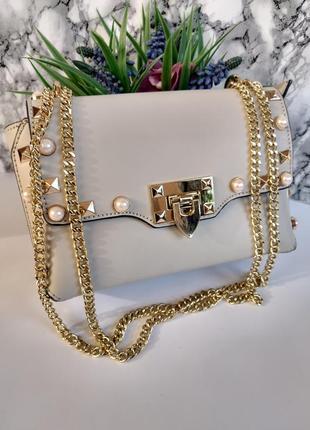 Очень милая кожаная сумочка, украшена жемчужинами
