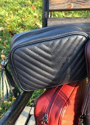 Кожаные сумочки-кроссбоди с кисточкой.