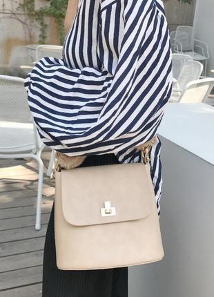 Стильная, удобная небольшая светлая, бежевая сумка на плечо