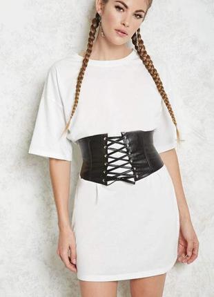 Белое платье футболка с поясом