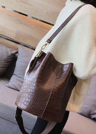Сумка женская большая стильная сумка мешок под рептилию на ремне