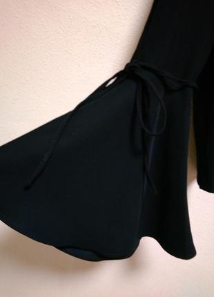 Роскошная блуза с клешными открытыми рукавами