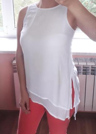 Белая маечка блуза топ с асимметричным низом и разрезами по бо...