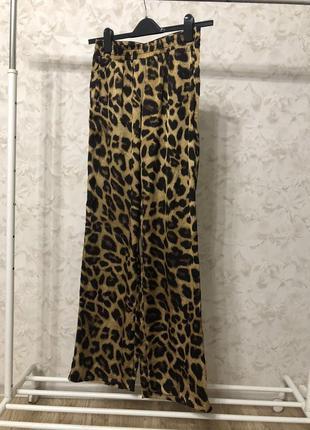 Трендовые сатиновые леопардовые брюки neo noir, новые!