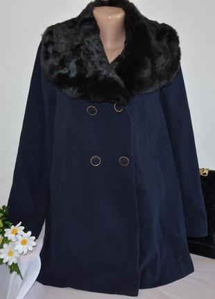 Брендовое темно-синее демисезонное пальто с меховым воротником...