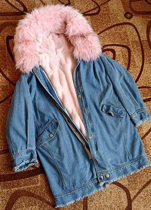 Новая джинсовая зимняя длинная куртка с розовым мехом, джинсов...
