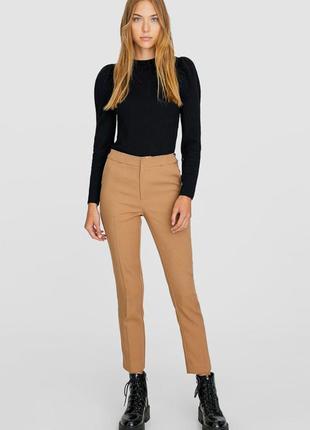 Бежевые классические укороченные брюки со стрелками высокая по...