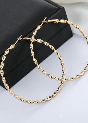 Серьги кольца золотистого цвета диаметром 7 см