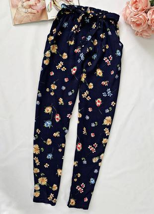 Легкие синие брюки в цветочный принт
