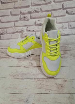 Яркие кроссовки. нюанс
