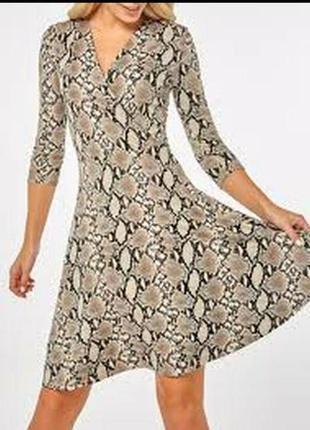 Трикотажное платье запах на груди змеиный принт 22/56-58 размера