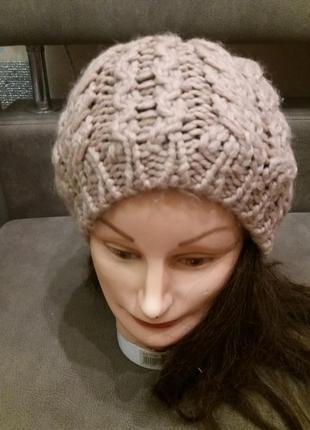 Бежевая шапка крупной вязки маngo