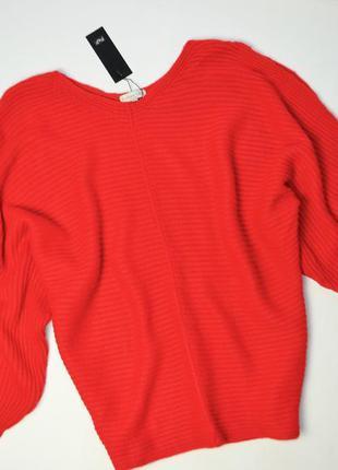 Элегантный красный свитер с вырезами на плечах