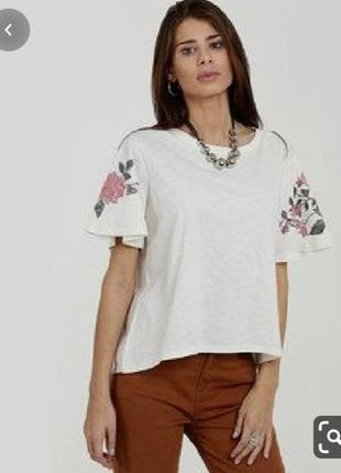Короткая футболка в вышивкой на рукавах