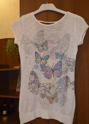 """Белая футболка """"бабочки"""" с вырезом на спине."""