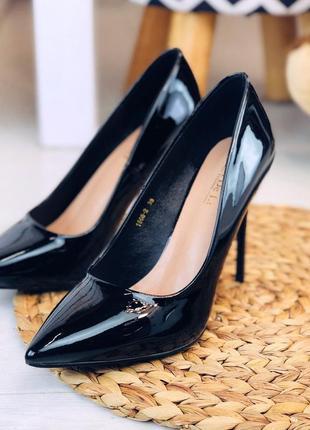 Черные лаковые туфли лодочки