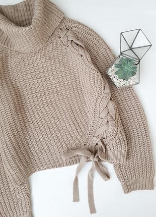 Песочный вязаный свитер с шнуровкой