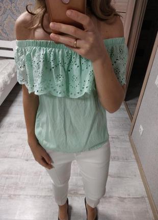 Нежная красивая блуза с открытыми плечами с прошвой