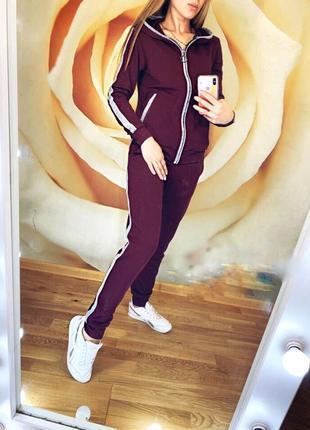 Женский спортивный костюм на молнии.