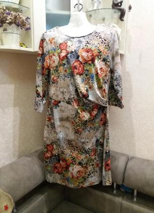 Платье в яркие цветы с драпировкой на 52.54р