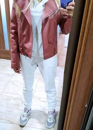 Велюровый белоснежный спортивный костюм с капюшоном