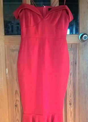 Вечернее красное платье, с баской внизу.