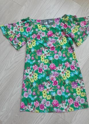 Зеленое платье в цветы с открытыми плечами