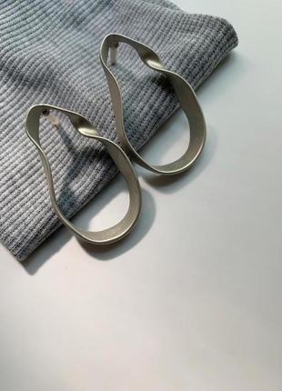 Матовые серебристые серьги завитки капли