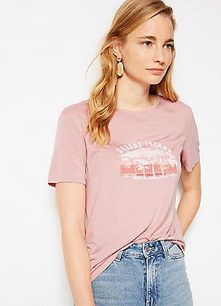 Мягкая  футболка нежно-розового  цвета с принтом