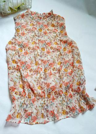 Легкая блузка в цветочний принт . блуза без рукавов. тренд сезона