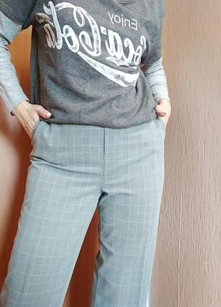 Укорочені брюки в актуальну клітку сірого кольору дуже стильні