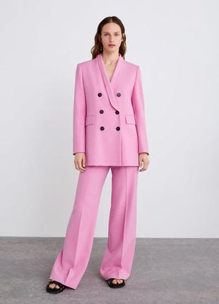 Розовый брючный костюм с двубортным пиджаком zara