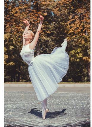 Артистка балета проводит групповые и индивидуальные занятия по...
