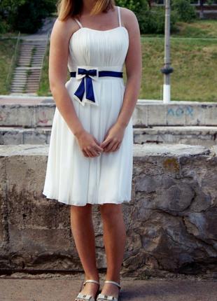 Белое шифоновое короткое выпускное платье с открытыми плечами