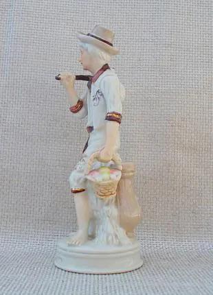 Фарфор статуэтка Мальчик с корзиной 50 - 60 - е годы. Германия