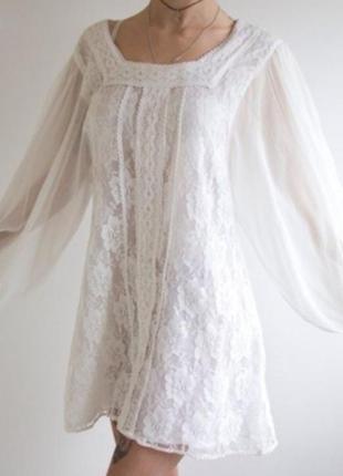 Белое кружевное платье с длинным рукавом
