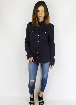 Ультрамодная джинсовая рубашка с металлическим декором на воро...