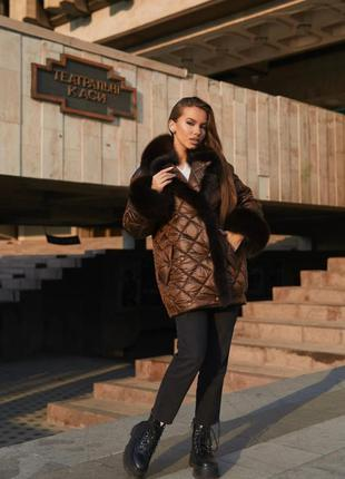 Стильная зимняя стёганая куртка с меховым воротником коричнева...